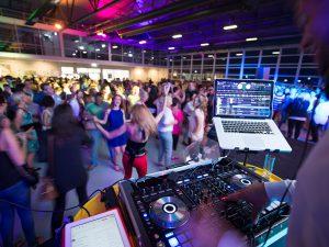 Wir können auch Party – tolle Stimmung und BBQ im »Hugo Junkers Hangar«